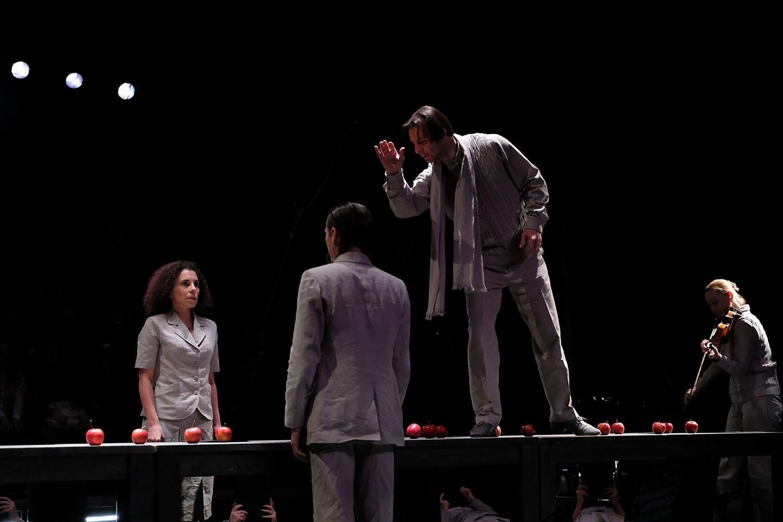 Теодор Курентзис остался дирижером и став участником спектакля. Фото - Марина Дмитриева