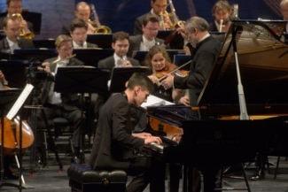 Абисал Гергиев дебютировал с надежным аккомпанементом. Фото - Валентин Барановский