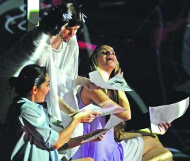 В финале Орфей странным образом остается в реальном мире. Фото - Игорь Захаркин/пресс-служба театра