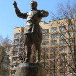 Памятник Александру Александрову работы скульптора Александра Таратынова и архитектора Михаила Корси