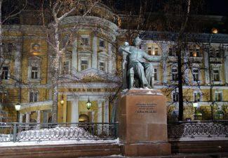 Памятник П.И.Чайковскому у здания Большого зала Московской консерватории. Фото - Эмиль Матвеев