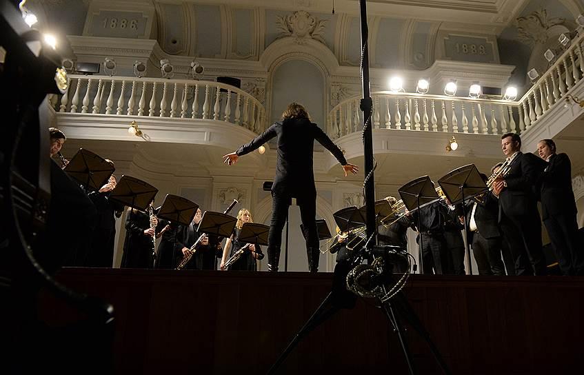 """Филипп Чижевский и ансамбль """"Questa Musica"""". Фото - Юрий Мартьянов/Коммерсантъ"""
