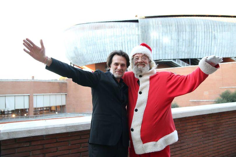 Дирижер Марко Даллара и Санта-Клаус. Фото - Auditorium Parco della Musica
