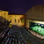 На ключевой площадке фестиваля – в Театре архиепископства – спектакли играются под открытым небом. Фото - Pascal Victor / ArtcomArt
