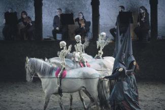 Пластиковые скелеты слишком упрощают моцартовский шедевр. Фото предоставлено пресс-службой фестиваля