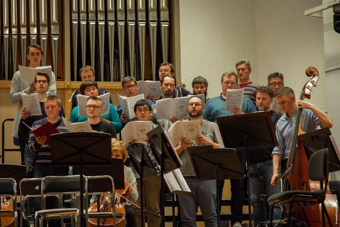 На репетиции первого концерта артисты хора и филармонического оркестра. Фото - Алина Шешеня