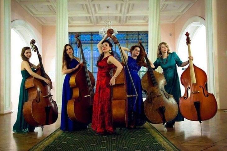 Ольга Ступина и арт-группа Bass Divas. Фото: facebook.com/bassdivas
