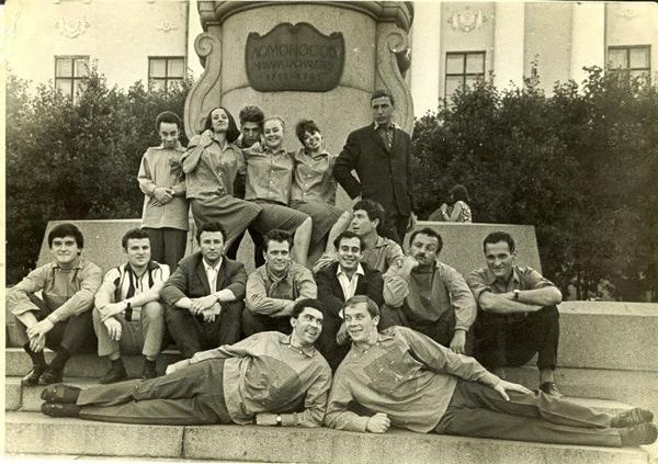 Артисты студии «Наш дом» у памятника Ломоносову. В верхнем ряду третий слева Николай Корндорф