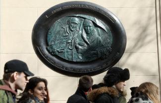 Мемориальную доску Мстиславу Ростроповичу открыли в Москве