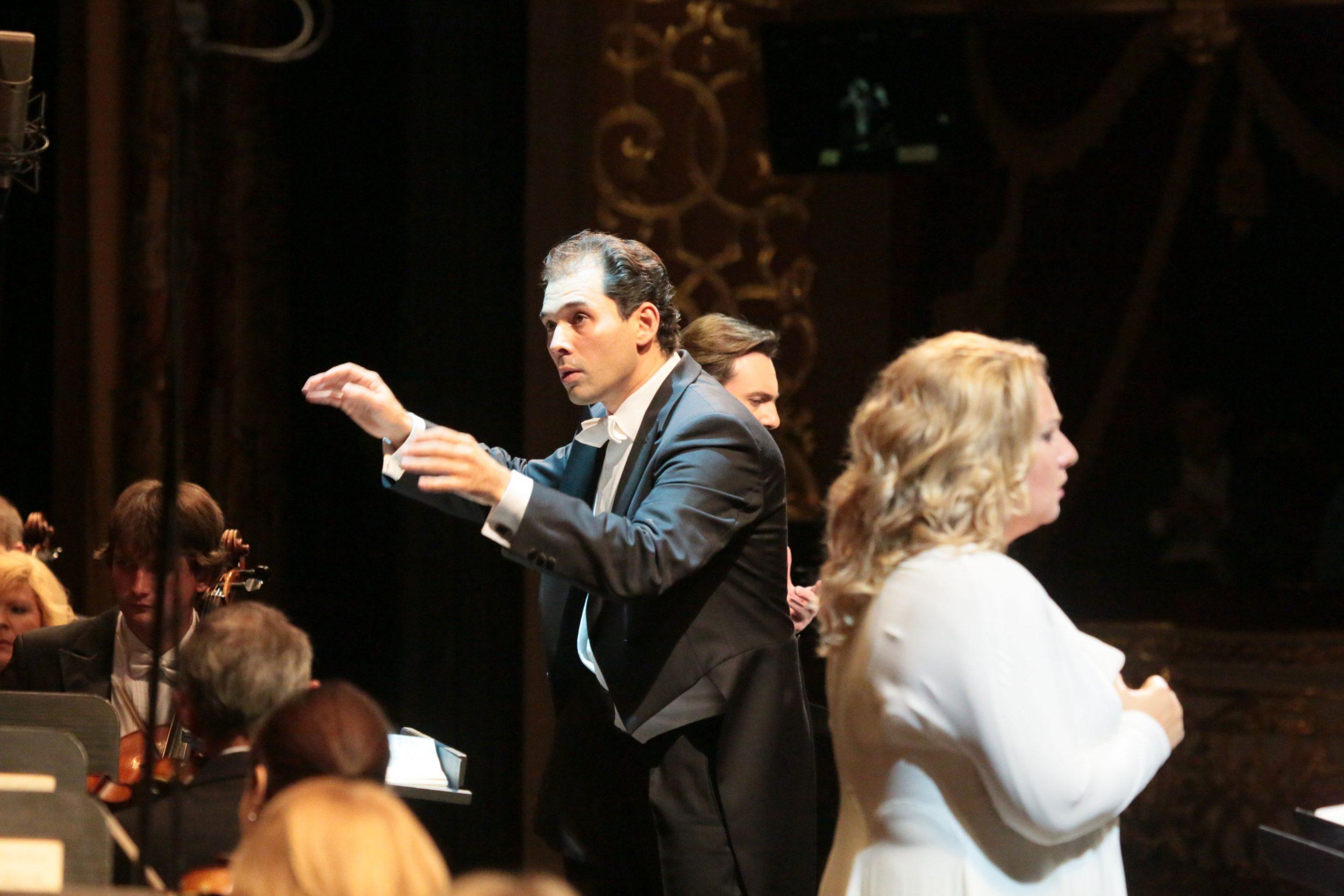 """Туган Сохиев дирижирует концертным исполнением оперы """"Орлеанская дева"""". Фото - Дамир Юсупов"""