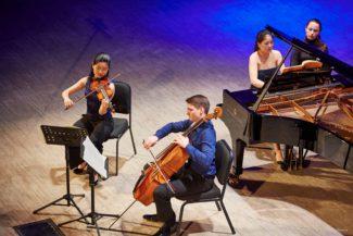 Маюми Канагава (скрипка), Фридрих Тилле (виолончель), Ханни Лианг (фортепиано)