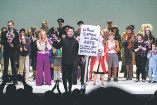 Курентзис с революционным плакатом парижских студентов. Фото - пресс-служба театра