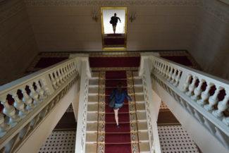 Спеша на репетицию, артистка взбегает по зрительской лестнице. В жизни так не бывает - зато это красиво. Фото - kinopoisk.ru