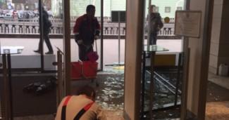 Стеклянная дверь упала на голову посетителю Мариинского театра. Фото - Life