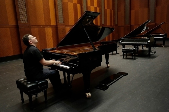 Юрий Фаворин выбирает рояль для предварительных туров. Форт-Уорт, 22 мая 2017 года. Фото - Ralph Lauer, Van Cliburn International Piano Competition