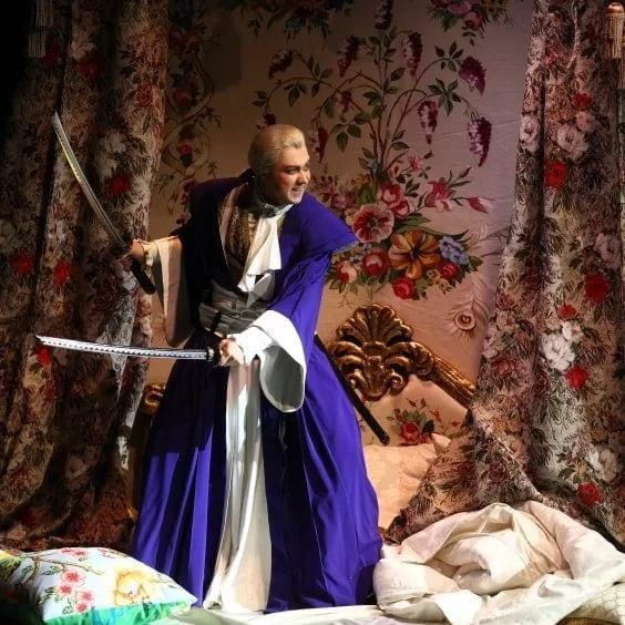 «Свадьбу Фигаро» сыграли с самурайскими мечами. Фото - mikhailovsky.ru.