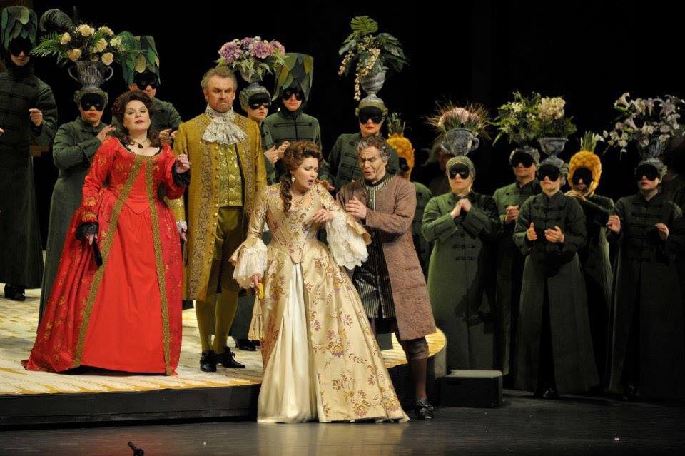 Эстетика костюмного спектакля как нельзя лучше подошла Анне Нетребко и образу ее героини. Фото - Мариинский театр