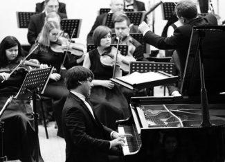 Вадим Холоденко и оркестр Карельской филармонии. Фото - Леонид Николаев