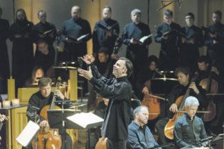 Реквием музыканты исполняют в сутанах. Фото - МГАФ