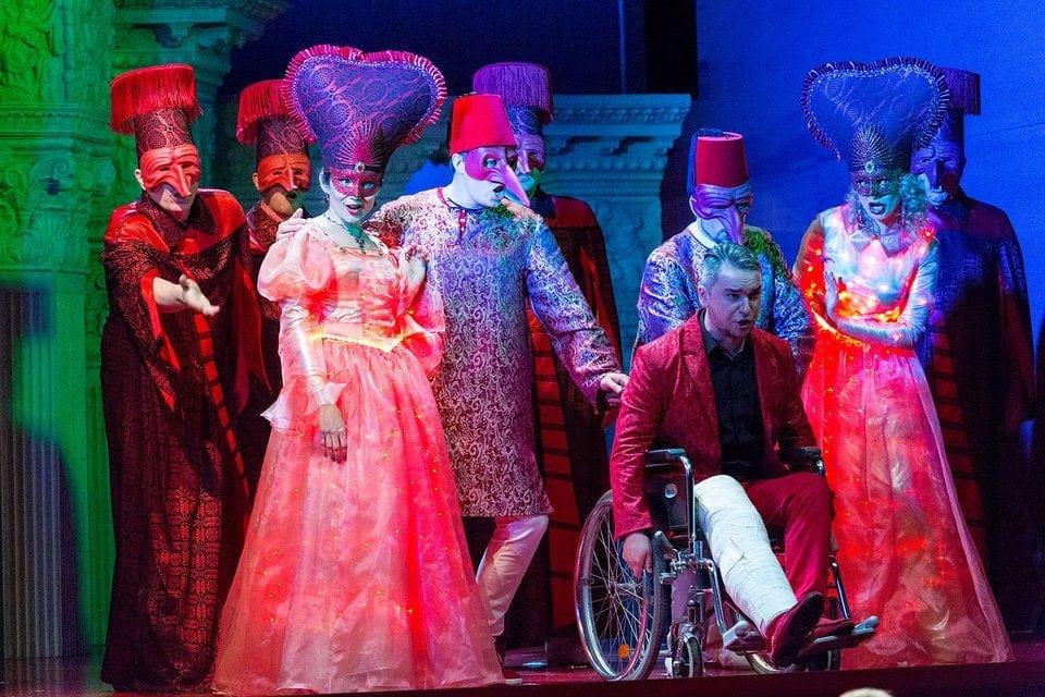 Неаполитанский маскарад – ключевая сцена оперы. Фото - Владимир Майоров