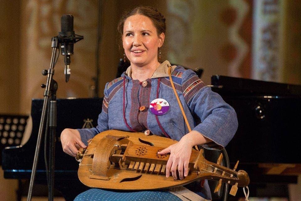 Фольклористка Ирина Пыжьянова сама играет и поет. Фото - Евгений Разумный / Ведомости