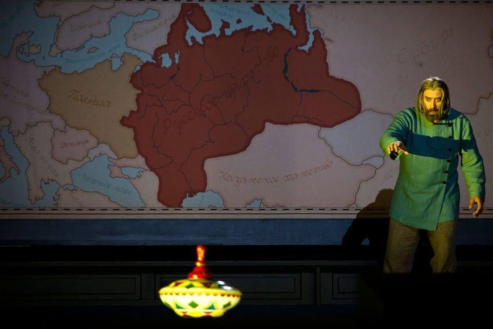 Царя Бориса угнетают игрушки убитого царевича Дмитрия. Фото - Bernd Uhlig
