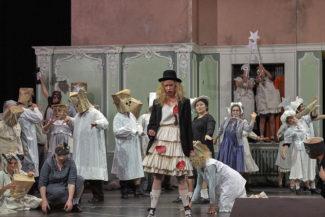 Таким предстал в спектакле петербургский маскарад. Фото - A. T. Schaefer