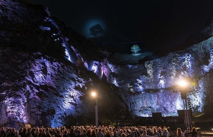 """""""Магнетик фестиваль"""" проводится с 2015 года. Сцена расположена перед """"железной горой"""", где на протяжении столетий добывали ценный металл"""