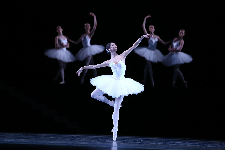 В балете «Сюита в белом» Оксана Кардаш создала строгий и безупречный рисунок. Фото - Светлана Аввакум