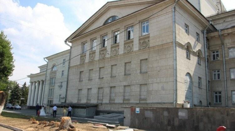 Вязы спилены на участке между оперным театром и областной научной универсальной библиотекой