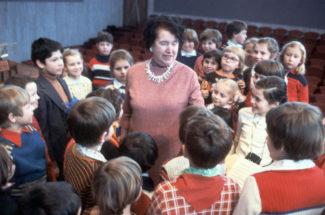 Наталия Ильинична Сац с юными зрителями после спектакля, 1980 год. Фото - Александр Сенцов/ТАСС