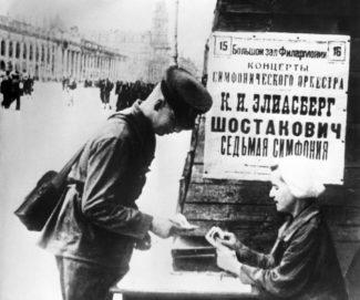 в блокадном Ленинграде солдат покупает билет на исполнение 7-й симфонии Ijcnfrjdbxf