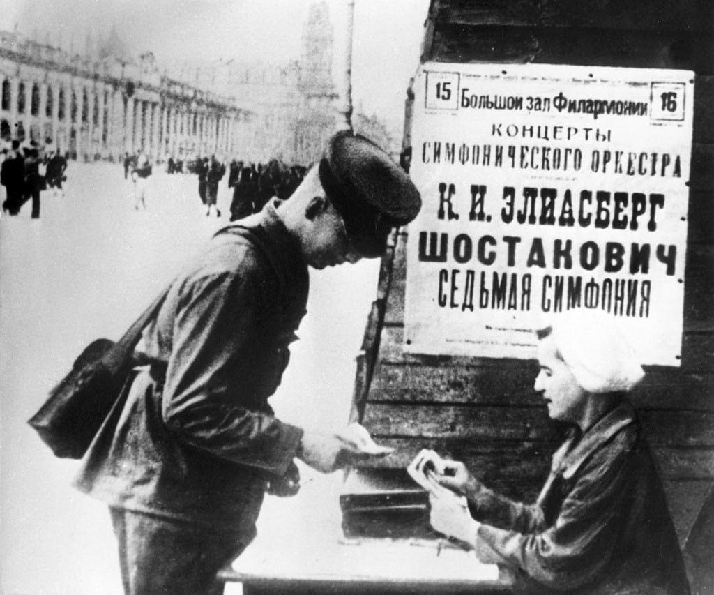 В блокадном Ленинграде солдат покупает билет на исполнение 7-й симфонии Шостаковича