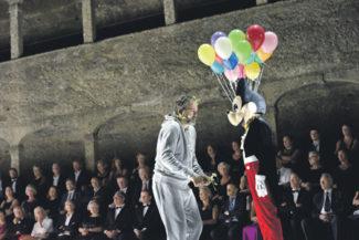 В почерке режиссера виден опыт его работы в кино. Фото - Salzburger Festspiele/Thomas Aurin