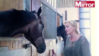 Звезда оперы дрессирует лошадей с помощью пения. Фото - Mirror