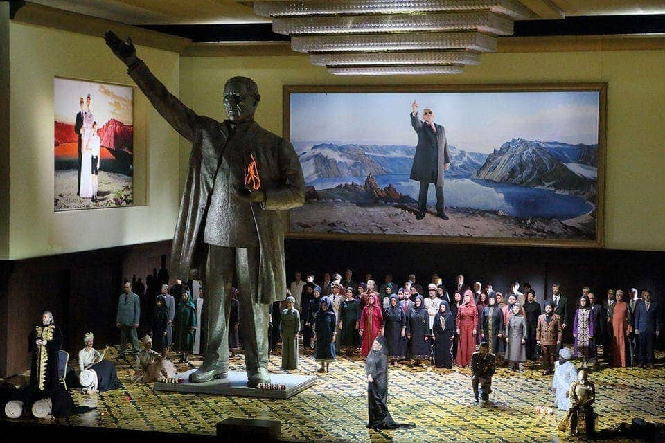 Постановщики иронично объединили в спектакле черты разнообразных деспотических режимов. Фото - Wilfried Hosl