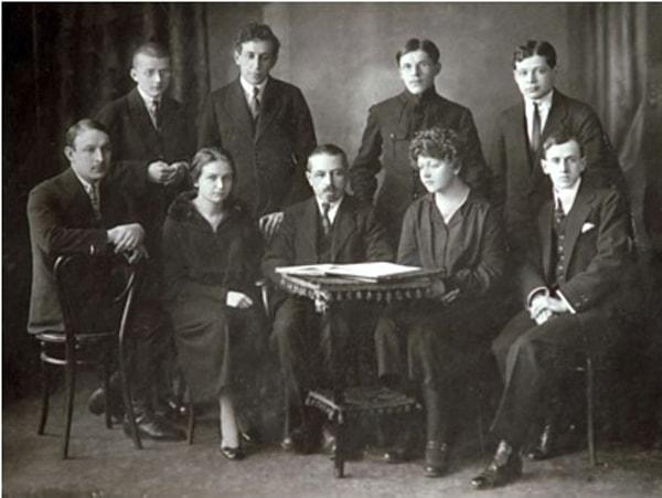 Класс М. О. Штейнберга в Петроградской консерватории. Дмитрий Шостакович стоит крайний слева
