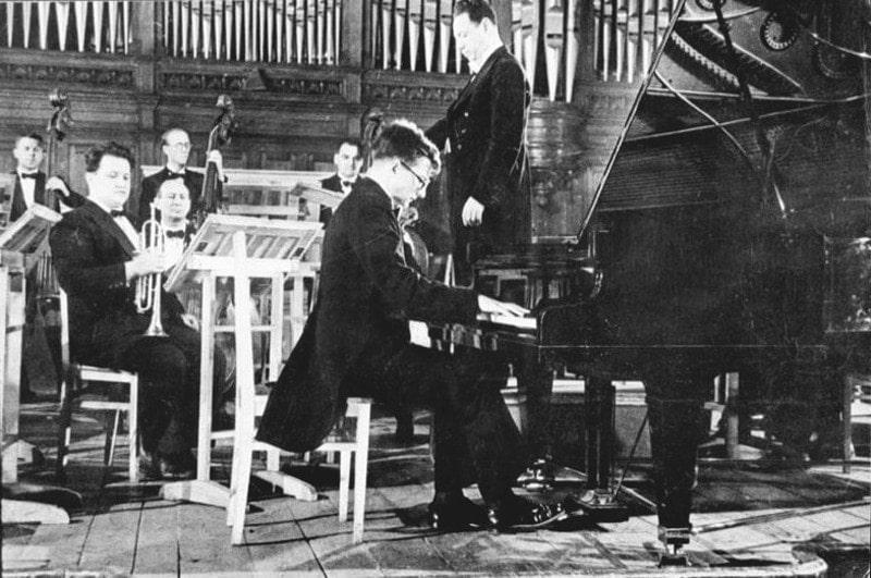 Дмитрий Шостакович исполняет Первый фортепианный концерт. Дирижер - А. Орлов