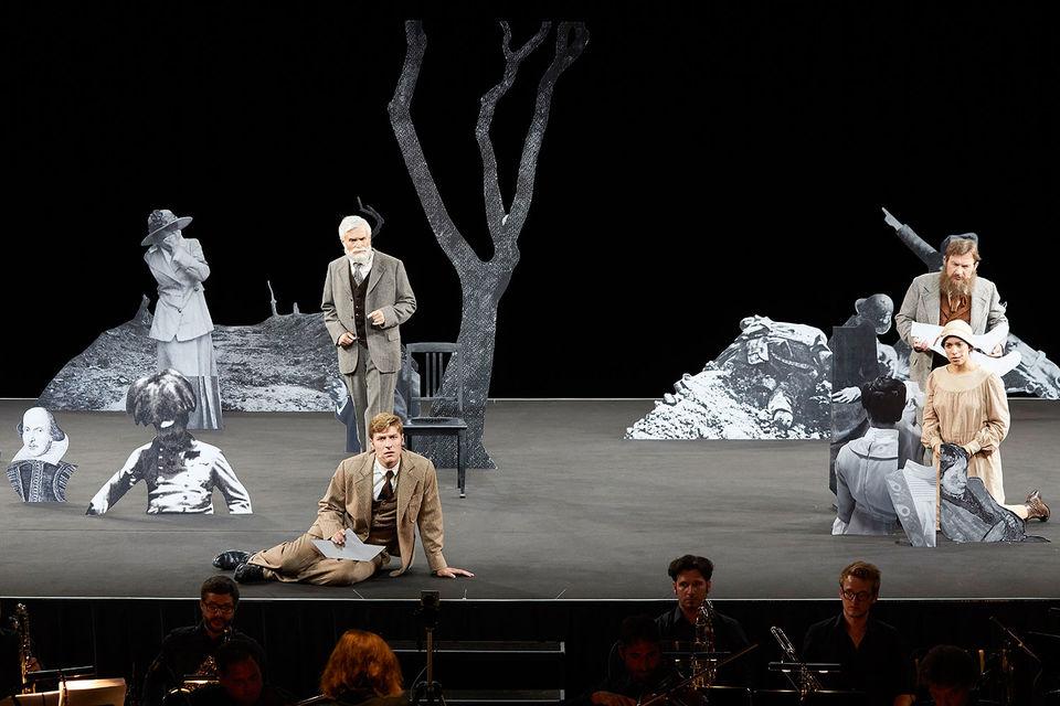 Герои оперы «На маяк» состоят как из плоти, так и из бумаги. Фото - Bregenzer Festspiele / Anja Köhler
