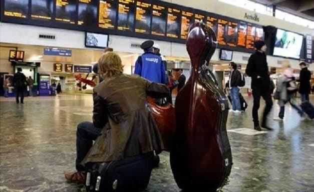 Виолончелист в аэропорту. Фото - Luis Jimenez