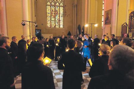 Старинная и современная музыка исполнялась при свечах. Фото - Сергей Боголепов