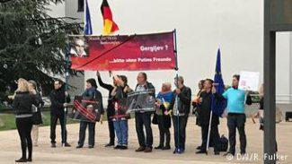 Демонстранты у входа во Всемирный конференц-зал в Бонне перед открытием Бетховенского фестиваля