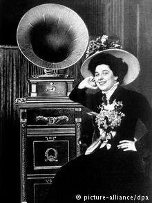 Звезда Берлинской оперы Жеральдина Фаррар слушает запись своих арий, 1910 год