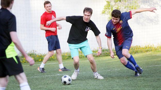 В перерывах между выступлениями Денис играет в футбол. Фото - EUGENE EVTUKHOV