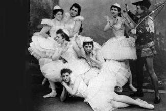 """Сцена из балета П. И. Чайковского """"Лебединое озеро"""" в постановке Мариинского театра, 1895 г. Фото - РИА Новости"""