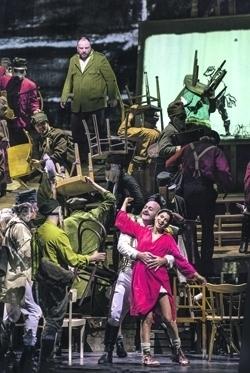 Сценография спектакля очень зыбкая, неустойчивая – как отражение времени. Фото - Ruth Walz/Salzburger Festspiele