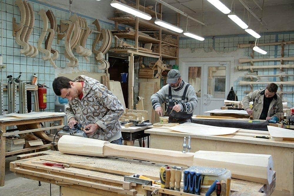 Игорь Мартыненко с сыном возродили производство редких инструментов. Фото - Наталья Онищенко