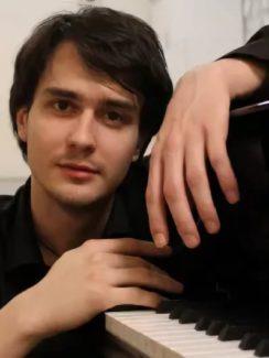 Пианист Александр Кашпурин