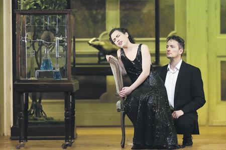 Волшебный эликсир можеть создать иллюзию молодости, но не счастья. Фото - Дамир Юсупов / Большой театр