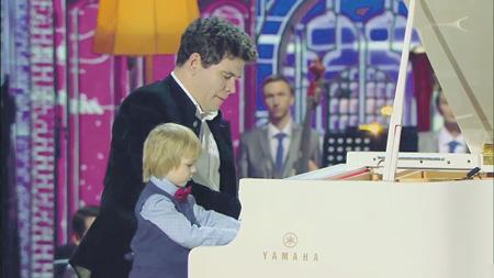 Два маэстро – Денис Мацуев и юный Елисей Мысин. Кадр из видео телеканала «Россия-1»